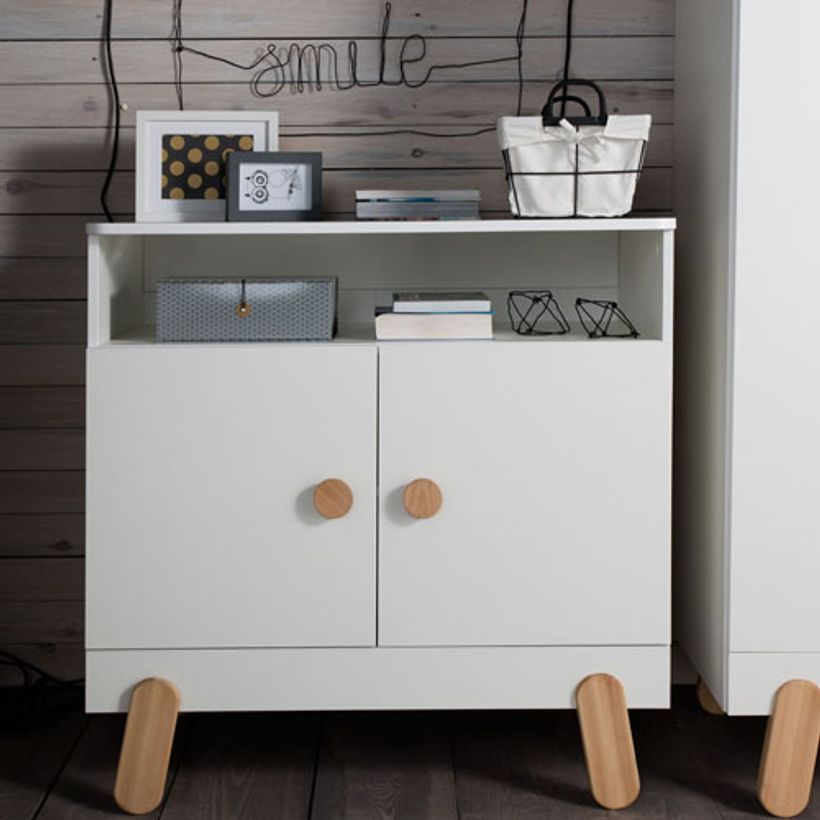 commode buffet enfant en bois blanc et naturel 2 portes iga pinio decoclico. Black Bedroom Furniture Sets. Home Design Ideas