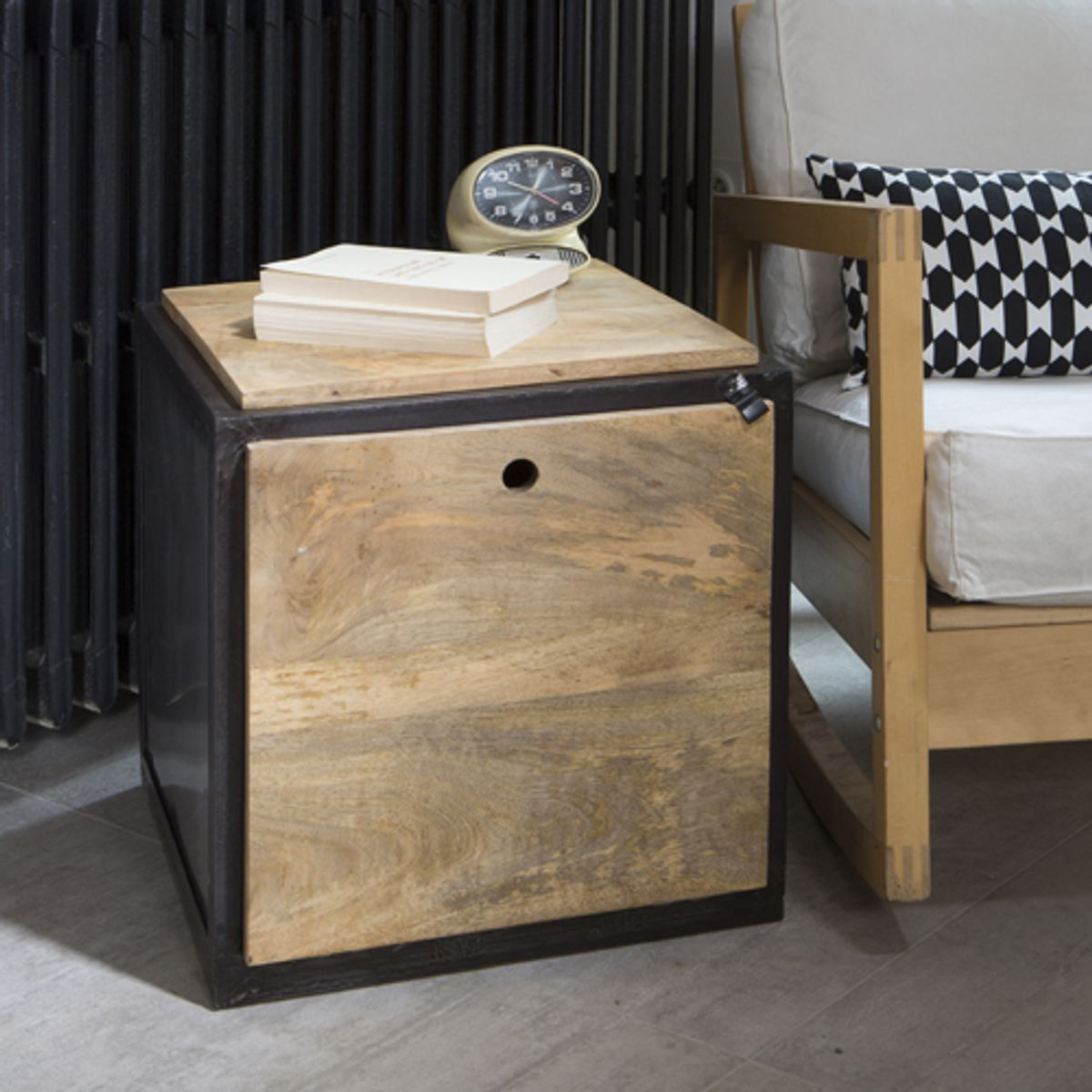 bout de canap en manguier et m tal noir ice cube guibox decoclico. Black Bedroom Furniture Sets. Home Design Ideas