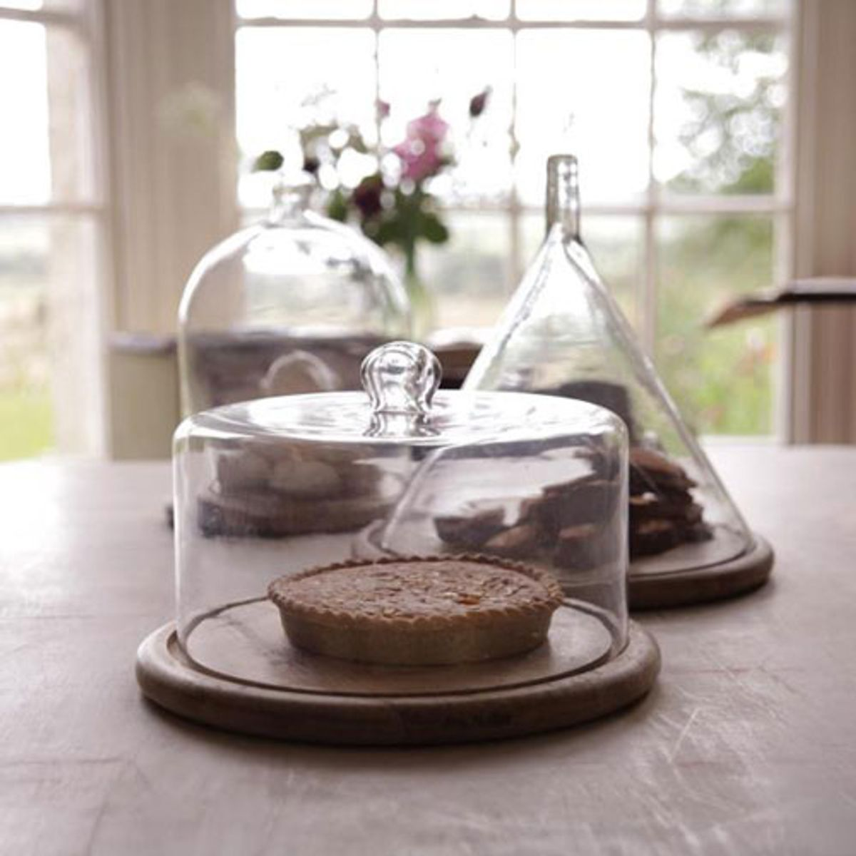 assiette et cloche gateaux en manguier et verre recycl. Black Bedroom Furniture Sets. Home Design Ideas