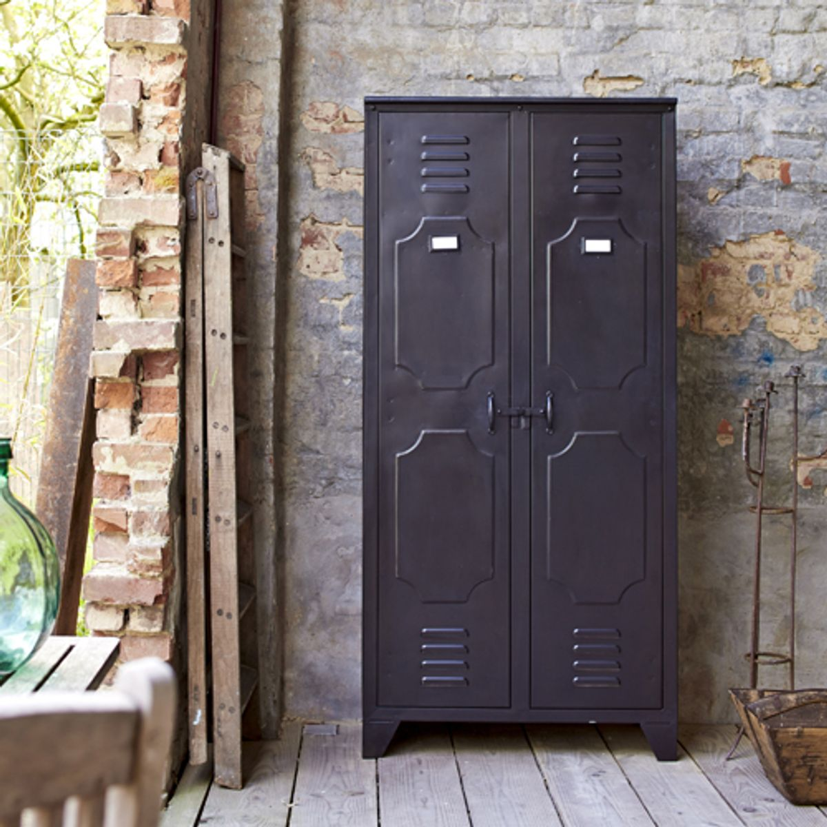 armoire 2 portes et 8 casiers en m tal noir industriel. Black Bedroom Furniture Sets. Home Design Ideas